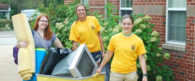Pitt-Greensburg students assisting with freshman move-in